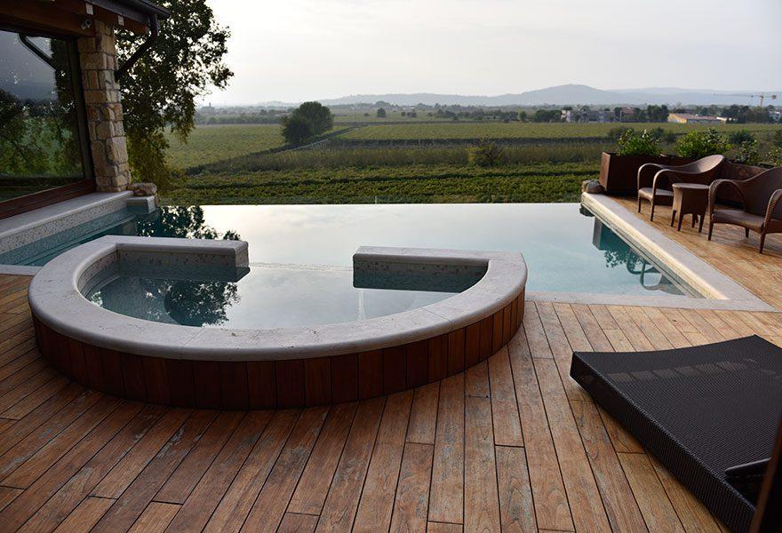 piscina lato sfioro
