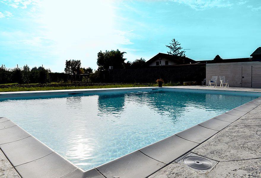 piscina provvista di skimmer